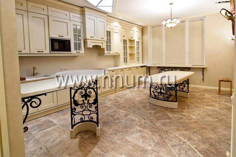 Кованная барная стойка и стол в столовой частной квартиры