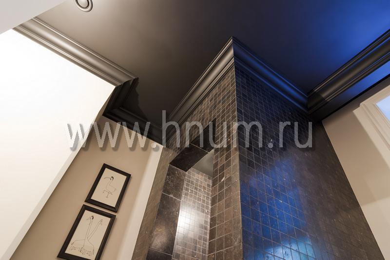 Лепнина с чёрным покрытием в санузле в загородном доме