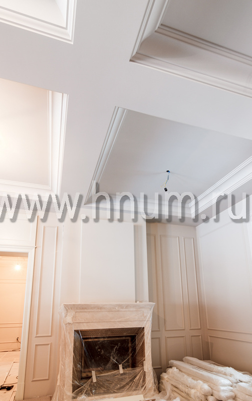 Лепнина в кессонированном потолке и на стенах в каминном холл в загородном доме