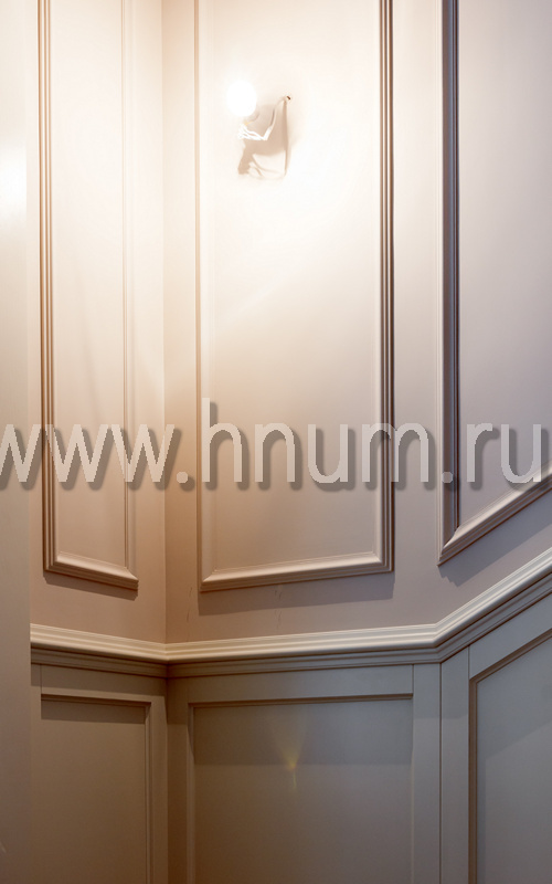 Лепнина в лестничном холле в загородном доме