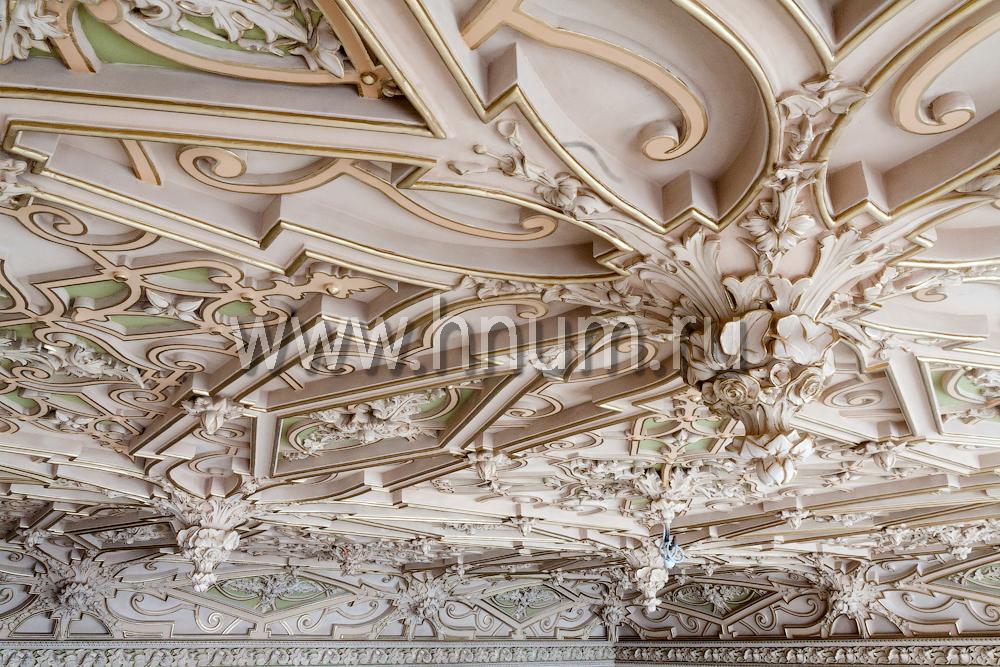 Реставрация лепного декора на потолке в историческом интерьере в Санкт-Петербурге - лепнина после реставрации