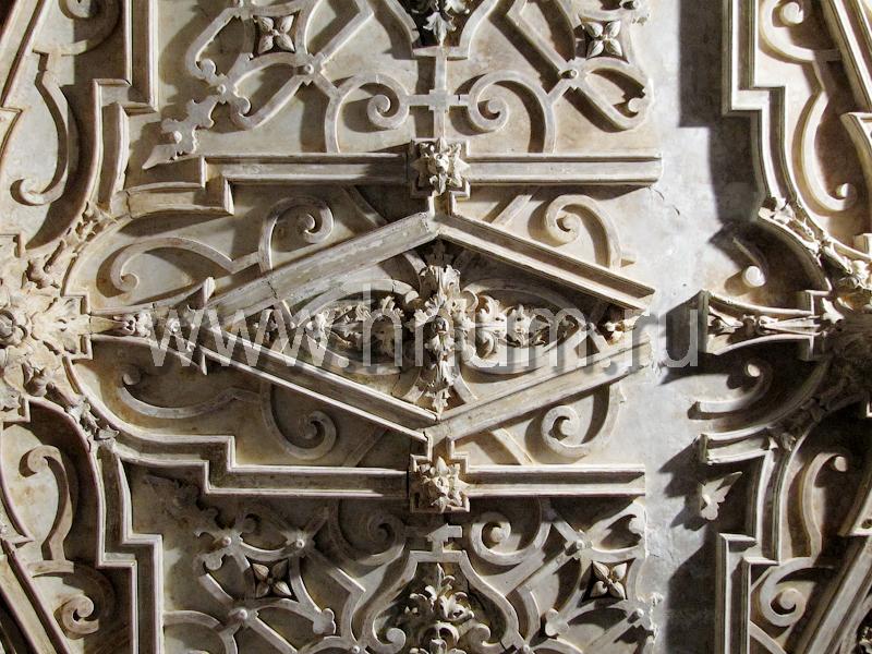 Реставрация лепного декора на потолке в историческом интерьере в Санкт-Петербурге - состояние лепнины до реставрации