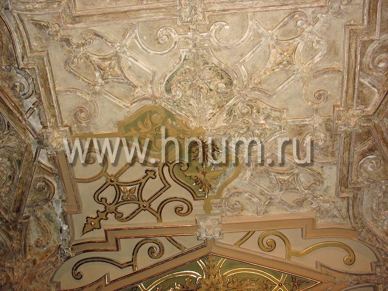 Реставрация лепного декора на потолке в историческом интерьере в Санкт-Петербурге - состояние лепнины во время реставрации