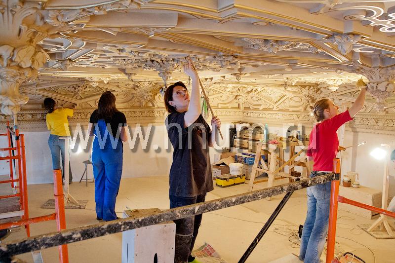 Реставрация лепного декора на потолке в историческом интерьере в Санкт-Петербурге - мастера-реставраторы и художники за работой
