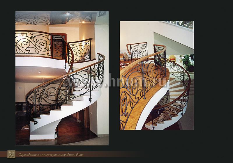 Кованная лестница в интерьере частного загородного дома
