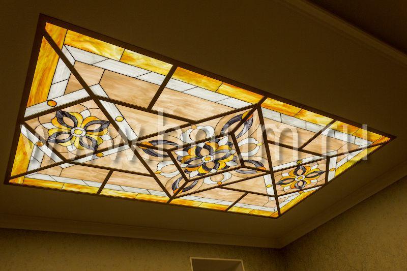 Витражные потолки в входном холле и на потолке лестничного марша в коттедже в Подмосковье - изготовление на заказ - витражная мастерская БМ ХНУМ